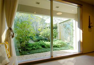 窓の外に広がる豊かな自然