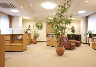 【ライブラリー】ご面会時に静かにゆっくりお過ごしいただける空間です
