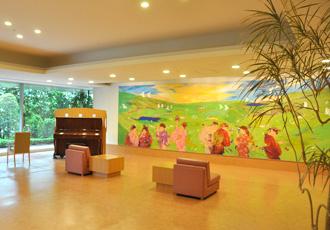 【壁画】壁画(田村能里子画伯作)前ホールでは、各種イベントが催されます