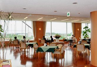 【喫茶室】遊園地を眺めながら、ご家族様とゆったりとした時間をお過ごしください
